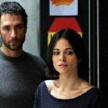 Raoul Bova accanto a Romina Mondello in una scena di Milano-Palermo: il ritorno