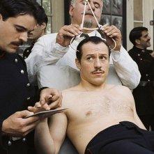 Stefano Accorsi a torso nudo in una scena di Triplice Inganno