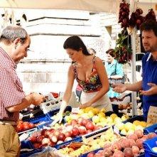 Laura Torrisi e Leonardo Pieraccioni sono una coppia di fruttivendoli nel film Una moglie bellissima.