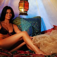 Una sorridente Laura Torrisi nel film Una moglie bellissima.