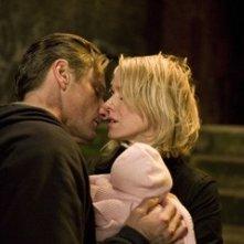 Viggo Mortensen accanto a Naomi Watts in una scena de La promessa dell'assassino