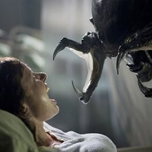 Victoria Bidewell in una scena inquietante di Alien vs. Predator 2