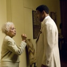 Denzel Washington con Ruby Dee in una scena del film American Gangster