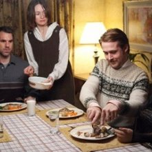Emily Mortimer e Paul Schneider con Ryan Gosling in una scena di Lars e una ragazza tutta sua