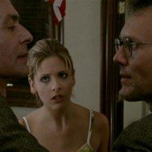Robin Sachs, Sarah Michelle Gellar e Anthony Head  in una scena dell'episodio 'Oscurità' di Buffy - L'ammazzavampiri