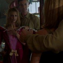 Sarah Michelle Gellar con Robin Sachs nell'episodio 'Halloween' di Buffy - L'ammazzavampiri