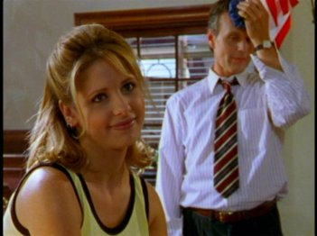 Sarah Michelle Gellar e Anthony Head  in una scena dell'episodio 'La prescelta' della seconda stagione di Buffy - L'ammazzavampiri