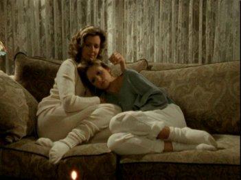 Sarah Michelle Gellar e Kristine Sutherland in una scena dell'episodio 'Un attimo di felicità' di Buffy - L'ammazzavampiri