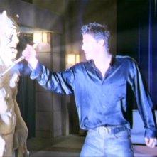 David Boreanaz in una sequenza dell'episodio 'L'inizio della storia (2ª parte)' della seconda stagione di Buffy - L'ammazzavampiri