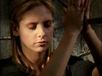 Sarah Michelle Gellar in una sequenza dell'episodio 'L'inizio della storia (2ª parte)' di Buffy - L'ammazzavampiri