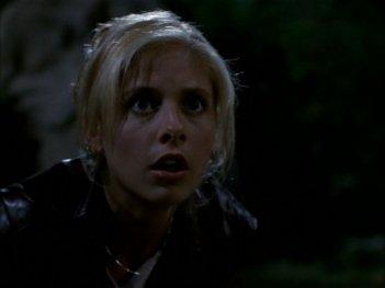 Sarah Michelle Gellar trasalisce in una scena dell'episodio 'La bella e le bestie' di Buffy - L'ammazzavampiri