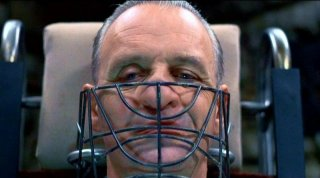 Anthony Hopkins con la maschera di Lecter in una scena de IL SILENZIO DEGLI INNOCENTI