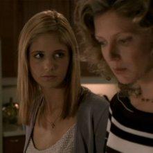 Sarha Michelle Gellar e Krtistine Sutherland in una scena dell'episodio 'Il sentiero degli amanti' di Buffy - L'ammazzavampiri