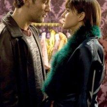 Clive Owen con Monica Bellucci in una scena del film Shoot 'Em Up