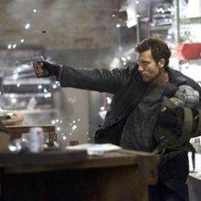 Clive Owen in una scena del film Shoot 'Em Up
