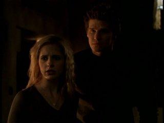 Sarah Michelle Gellar e David Boreanaz in una scena dell'episodio 'Il giorno dell'Apocalisse' di Buffy - L'ammazzavampiri