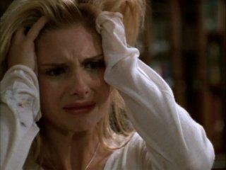 Sarah Michelle Gellar sconvolta in una scena dell'episodio 'Compleanno di terrore' di Buffy - L'ammazzavampiri