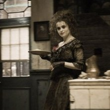 Helena Bonham Carter in una sequenza del film Sweeney Todd