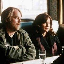 Philip Seymour Hoffman con Laura Linney in una scena de La famiglia Savage