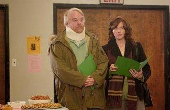 Philip Seymour Hoffman accanto a Laura Linney in una scena de La famiglia Savage