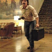 Josh Brolin in una scena drammatica del film Non è un paese per vecchi