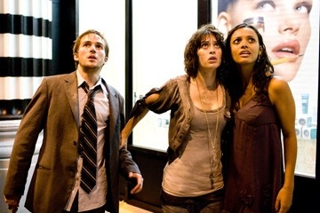 Michael Stahl-David con Lizzy Caplan e Jessica Lucas in una scena di Cloverfield