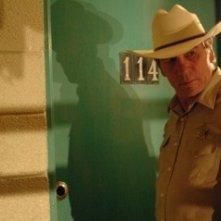 Tommy Lee Jones in una scena del film Non è un paese per vecchi