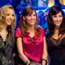 Gina Gershon e Hilary Swank con Lisa Kudrow in una scena del film P.S. I Love You