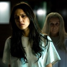 Jessica Alba alle prese con un'apparizione spettrale nel film The Eye
