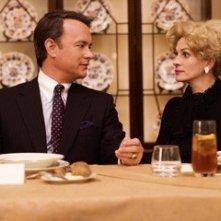 Julia Roberts e Tom Hanks in una foto del film La guerra di Charlie Wilson