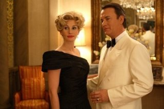 Julia Roberts e Tom Hanks in una foto del film La guerra di Charlie Wilson (Charlie Wilson's War, 2007)