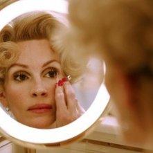 Julia Roberts allo specchio in una scena del film La guerra di Charlie Wilson