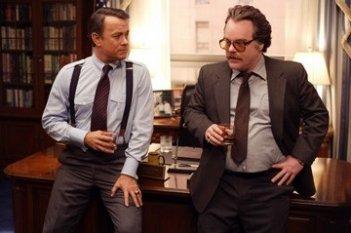 Philip Seymour Hoffman con Tom Hanks in una scena del film La guerra di Charlie Wilson