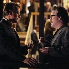 Philip Seymour Hoffman e Tom Hanks in una scena del film La guerra di Charlie Wilson