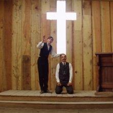 Daniel Day-Lewis accanto Paul Dano in una scena de Il petroliere