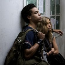 Evan Ross e Gillian Jacobs in una scena di 'Gardens of the Night'