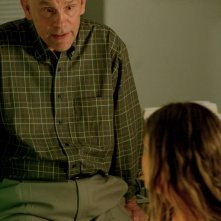 John Malkovich e Gillian Jacobs in una scena di 'Gardens of the Night'