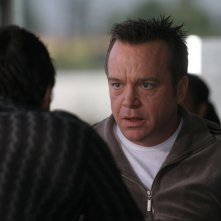 Tom Arnold in una scena di 'Gardens of the Night'