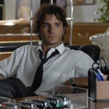 Un'immagine di Nicolas Vaporidis in camicia e cravatta nel film Questa notte è ancora nostra