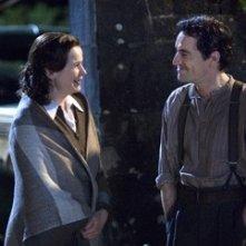 Ben Chaplin ed Emily Watson in una scena del film The Water Horse - La leggenda degli abissi