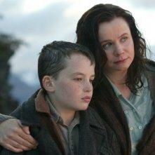 Il piccolo Alex Etel con Emily Watson in una scena del film The Water Horse - La leggenda degli abissi