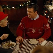Elaine Stritch e Alec Baldwin in una scena dell'episodio 'Ludachristmas Party' della seconda stagione di 30 Rock