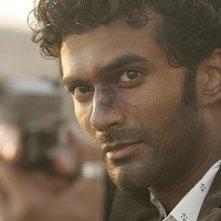Heroes Volume II - Episodio 9: un primo piano di Mohinder (Sendhil Ramamurthy) che mira con la pistola