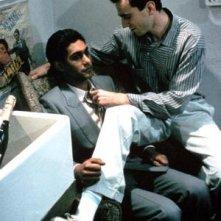 Gordon Warnecke e Daniel Day-Lewis in una scena di My Beautiful Laundrette
