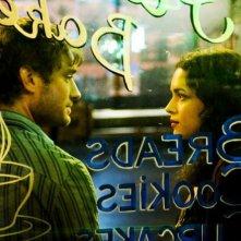 Jude Law e Norah Jones in una scena del film Un bacio romantico