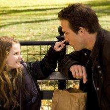 Abigail Breslin e Ryan Reynolds in una scena di Certamente, forse