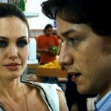 Angelina Jolie e James McAvoy in una scena di Wanted