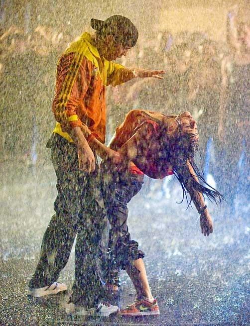 Briana Evigan e Robert Hoffman ballano sotto la pioggia in una scena di Step Up 2