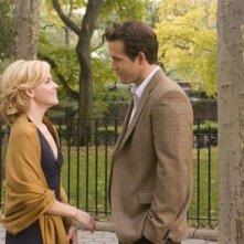 Elizabeth Banks e Ryan Reynolds in una scena di Certamente, forse