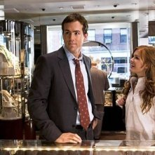 Isla Fisher e Ryan Reynolds in una scena di Certamente, forse